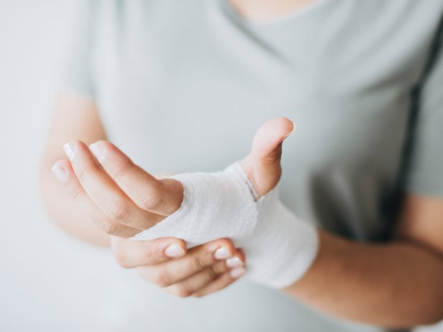 bandage-close-up-hands-1571172